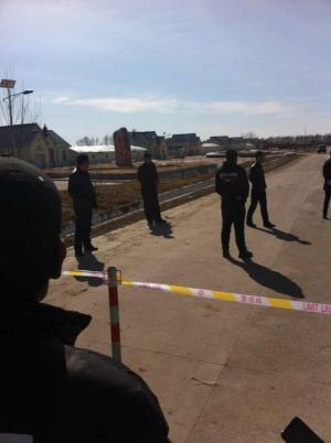 Police in Jiangsanjiang, Heilongjiang, cordoned off the roads leading to the Qixing Detention Center and prevented supporters from delivering water, food and fruits to the hunger strikers.